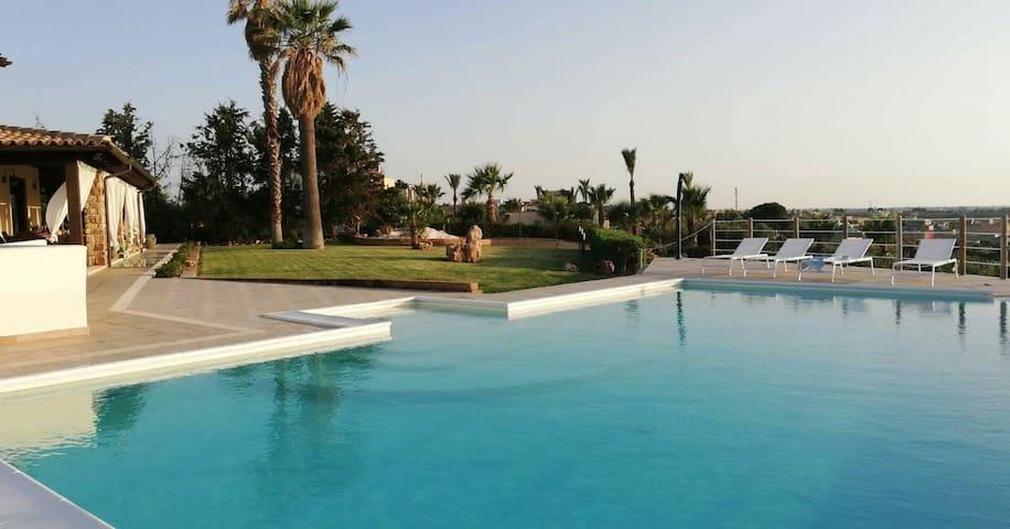 Villa Gioia con piscina e  vista sulle isole Egadi