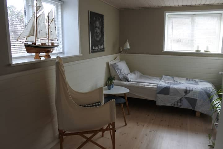 Lovely room, close to uni., city and beach.