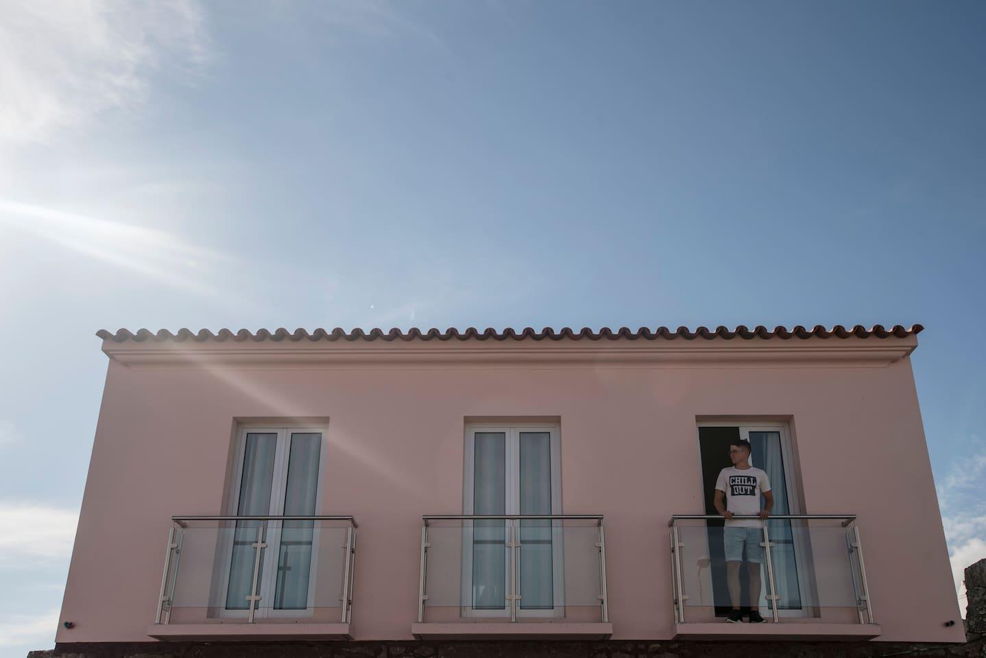 Frente do Edifício.  O apartamento D situa-se no 1º andar.  Possui uma varanda para a Rua José Leandres Chaves