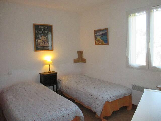 La chambre et ses deux lits pouvant être rapprochés
