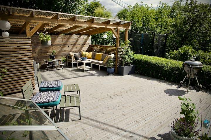 Lys familieleilighet, to plan m. hage og balkong