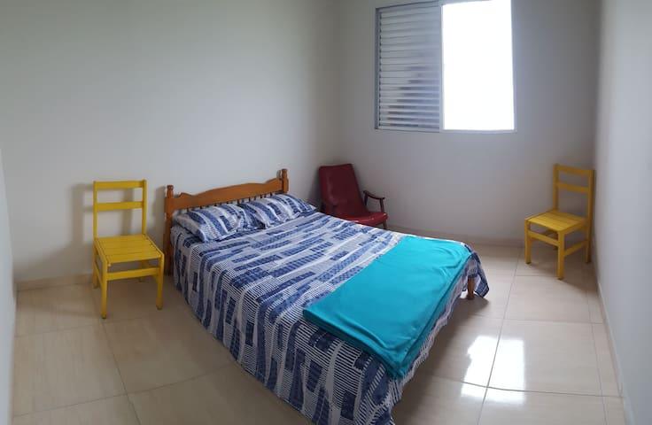Bedroom with queen size bed. Bring your own pillows, sheets and blankets Quarto com cama de casal. Traga roupa de cama, travesseiros e cobertores.