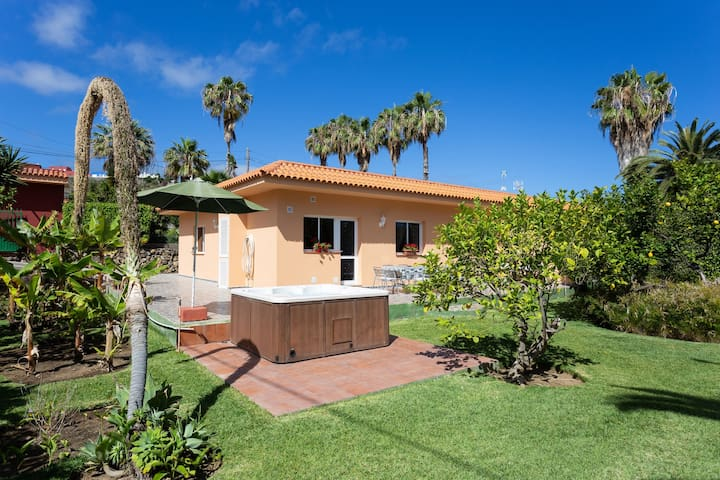 Charming Holiday Home Los Limoneros with Mountain View, Sea View, Wi-Fi, Garden, Jacuzzi, Pool & Terrace; Parking Available, Pets Allowed
