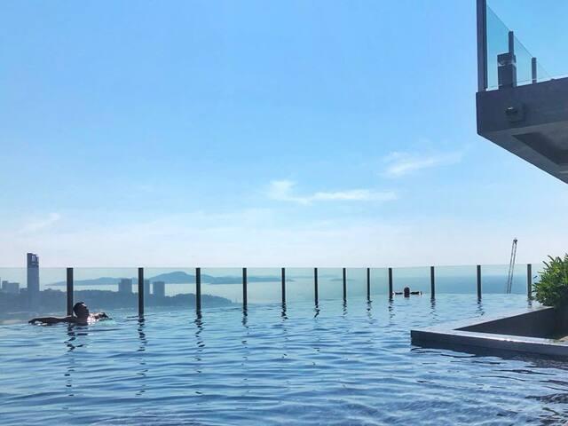 芭提雅.市中心海景公寓,楼顶天空无边泳池离海边300米