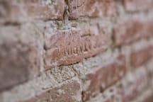 Ladrillo antiguo con nombre de la fabrica