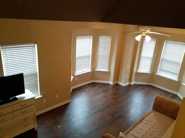 1st Fl Bedroom-Panoramic View:3 Toilets/2 couches