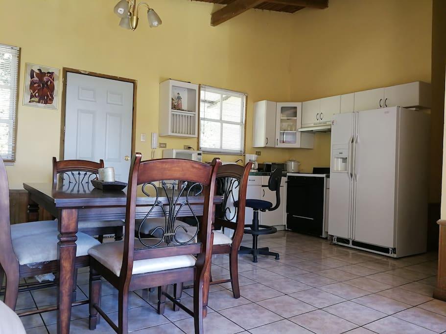 Comedor y cocina 100% funcional, para una estadía corta o larga aquí puedes ahorrar cocinando.
