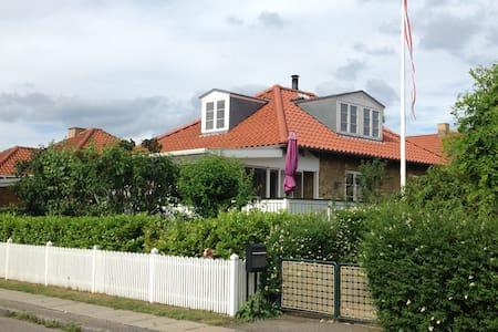 House near airport, city and beach. - Casa