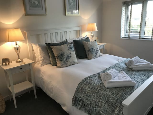 2 bedroom house with parking, sleeps 6, free wifi, newly refurbished