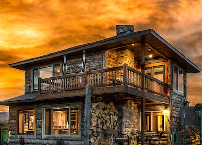 Romantic Cabin w/ Mountain View/hot tub/fireplace!