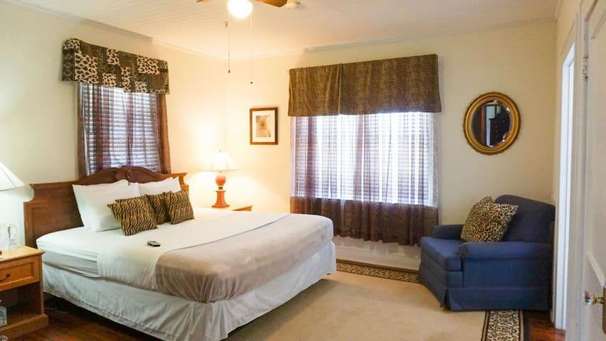 Putnam Lodge - #4 The Phil Room