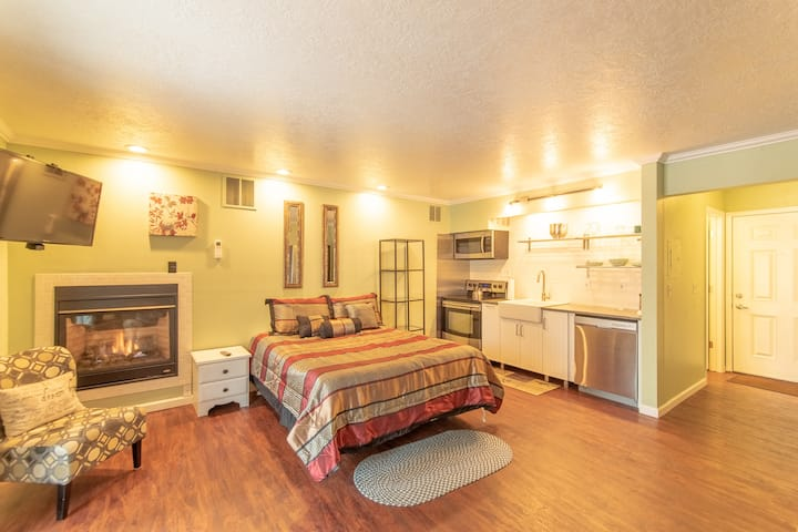 First floor condo ~ Walk to Downtown and River!