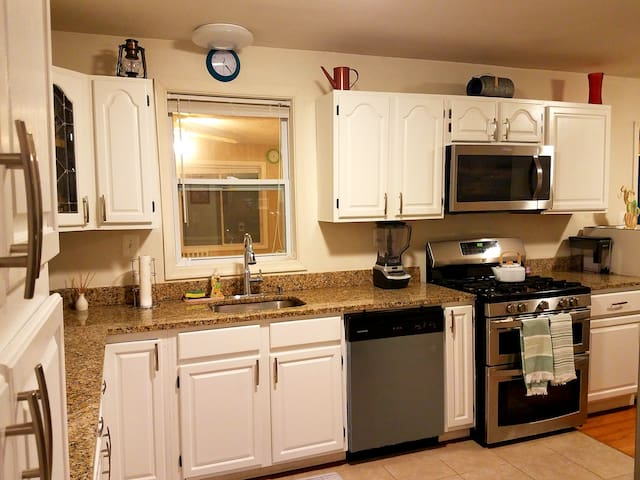 COMFY  ROOM 1 NEAR DC/AIRPORT/NATIONAL HARBOR/MGM