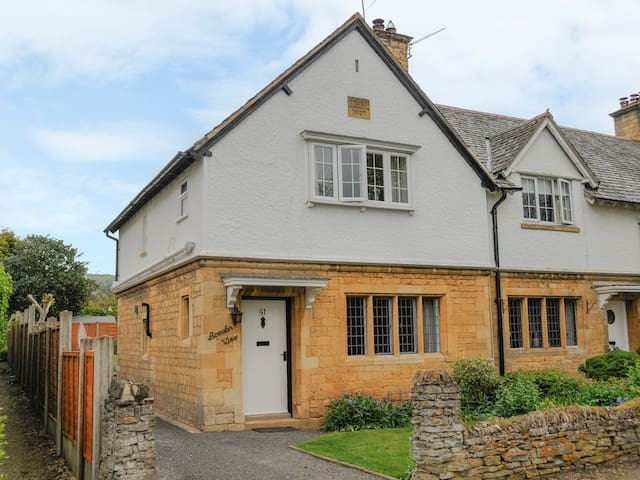 BREDON VIEW, family friendly, with open fire in Broadway, Ref 917443