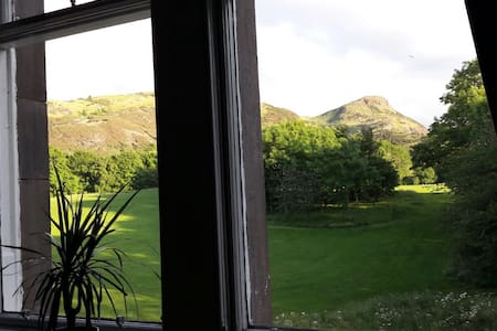 Comfortable double bedroom beside Holyrood Park