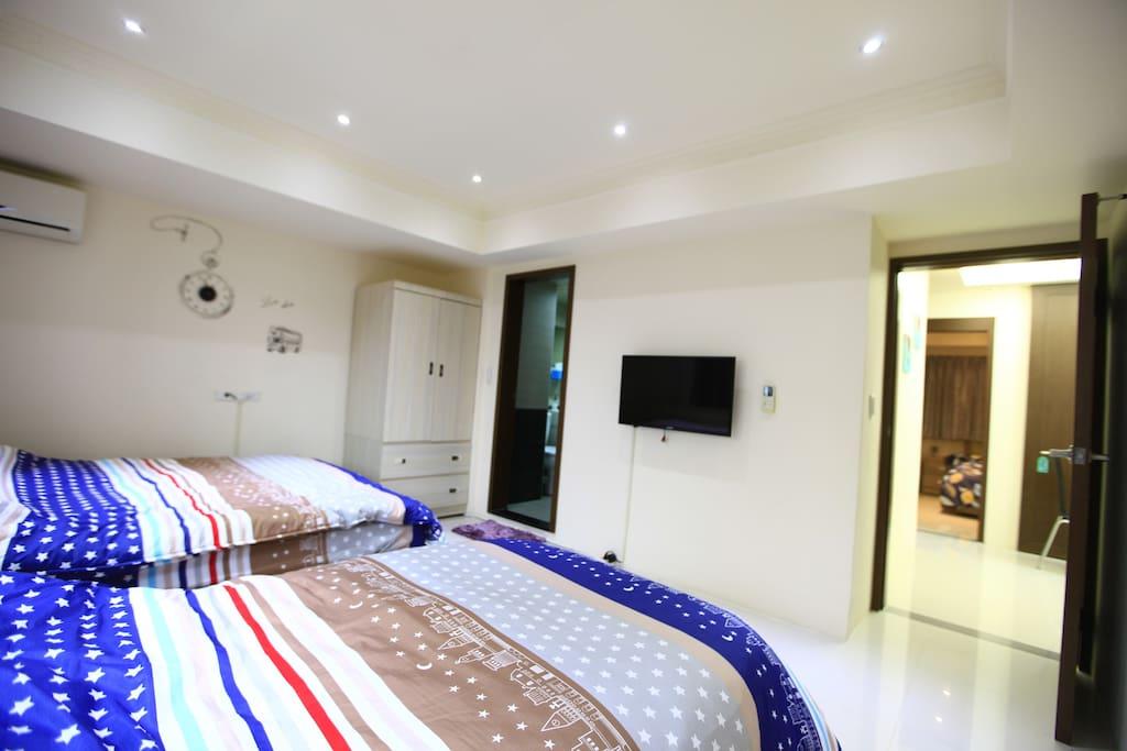 E1房(一張雙人床+一張單人床,原則上睡三人,最多可睡4人)