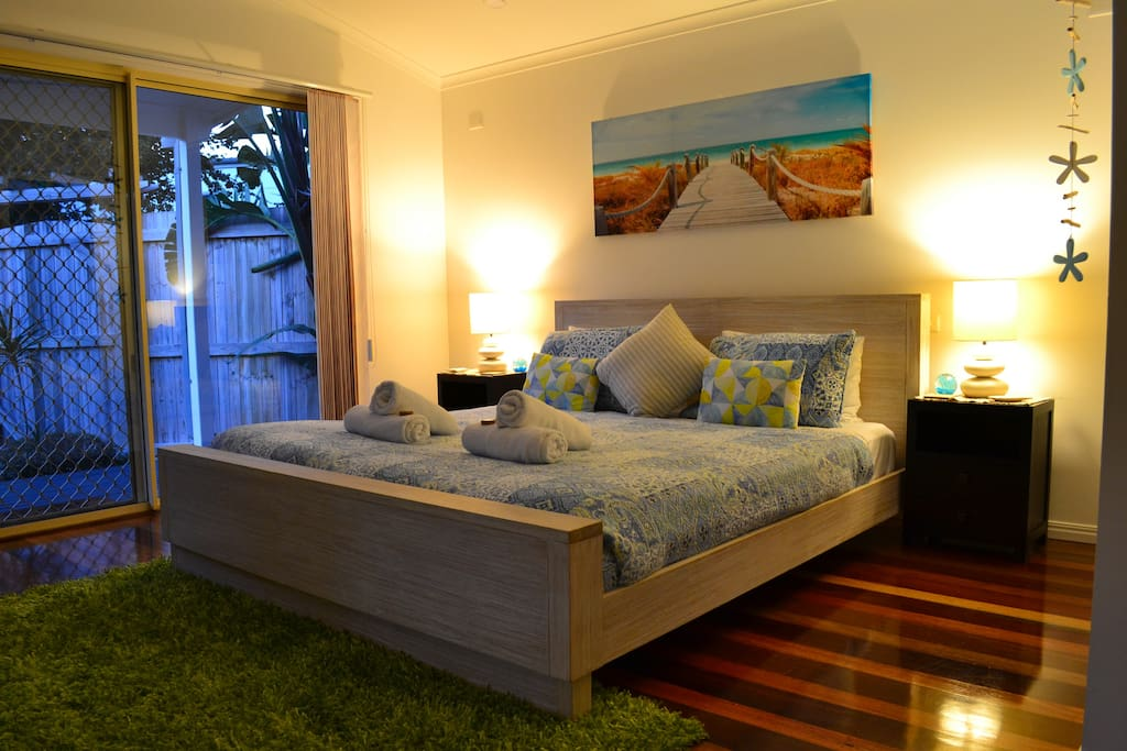 The Beach Haven Lower Level Bedroom, beach theme North facing, great courtyard view Smart TV