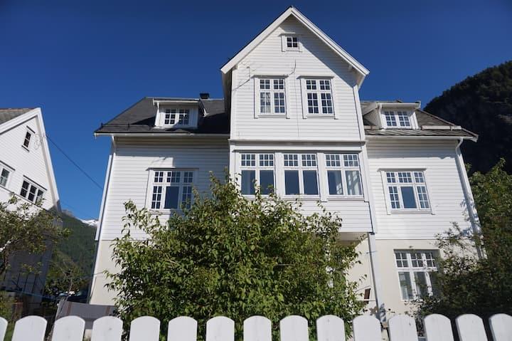 Nyrenovert leilighet i hus fra 1924 ved fjorden
