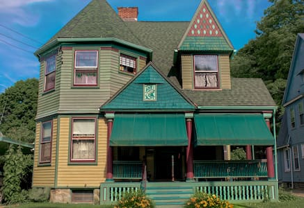 Bed and Breakfast at the Queen Anne Room #1