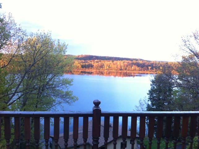 Lake Muskoka! Retro chic! Great views! Cheers!