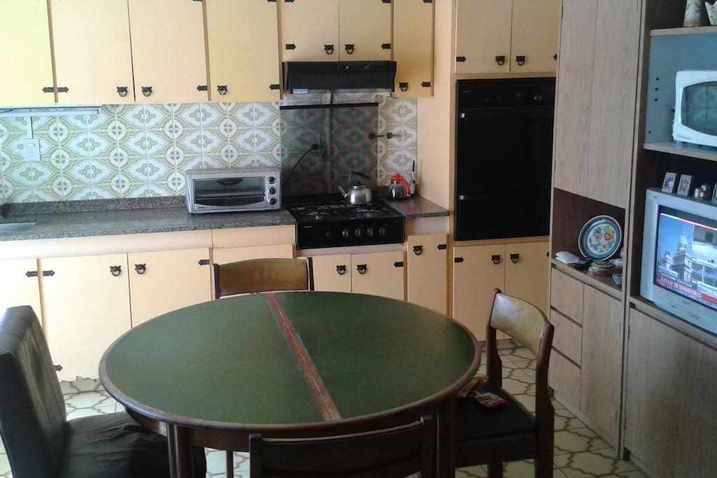Big and confortable kitchen with oven, microwave and electric oven.