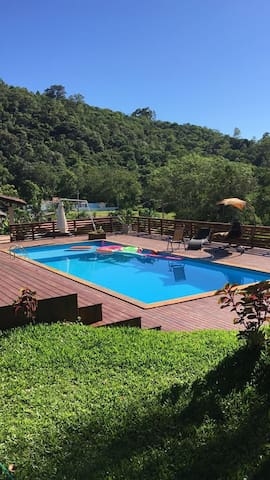 Bela chácara, com piscina, repleta de área verde!