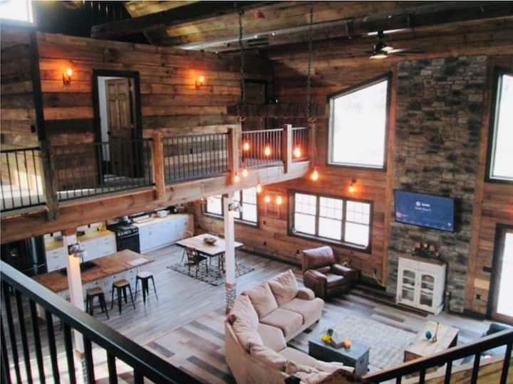 New Barn House! Sleeps 16, Indoor Slide