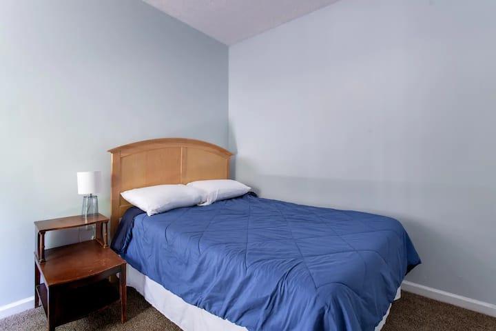 Cozy Room on Farm, Priv Bath, 17 mins to Downtown