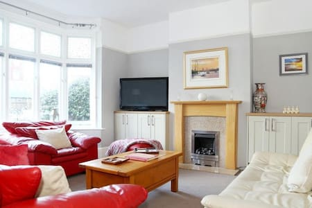Westgate Bay House Sleeps 8,  a super central location with easy access to road and rail connections - Westgate on Sea - Rumah
