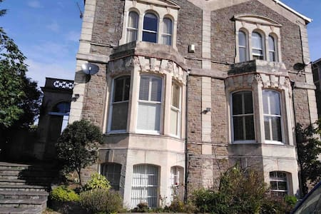Large self contained 1 bed flat,close to shops/sea