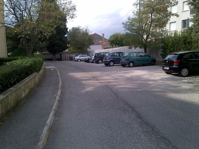 Parking pour les autos (en arrière plan) portail à fermeture automatique