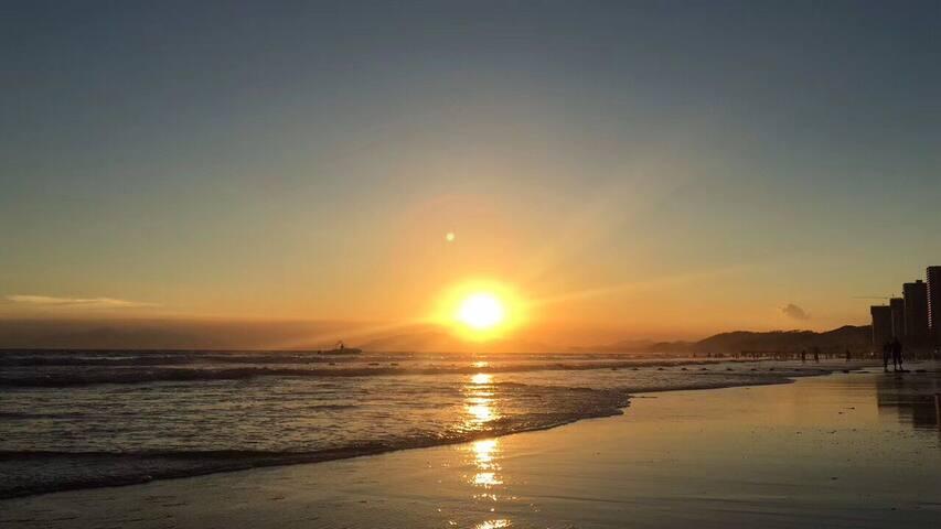 公寓楼下的沙滩夕阳