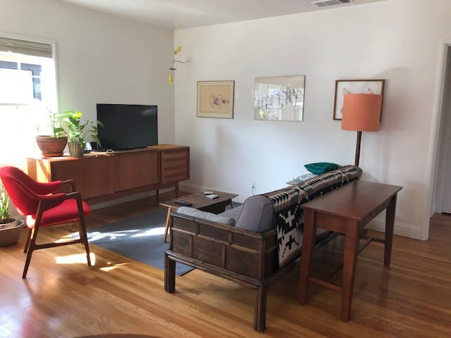 Clean 2 bdrm private house in a sweet neighborhood