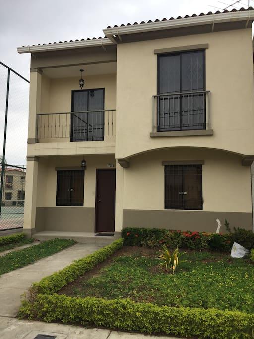 Urbanizacion veranda casas en alquiler en guayaquil for Casas con piscina guayaquil