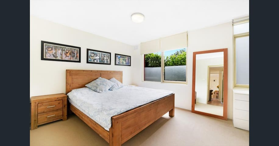 Large double bedroom close to Manly Wharf & Beach