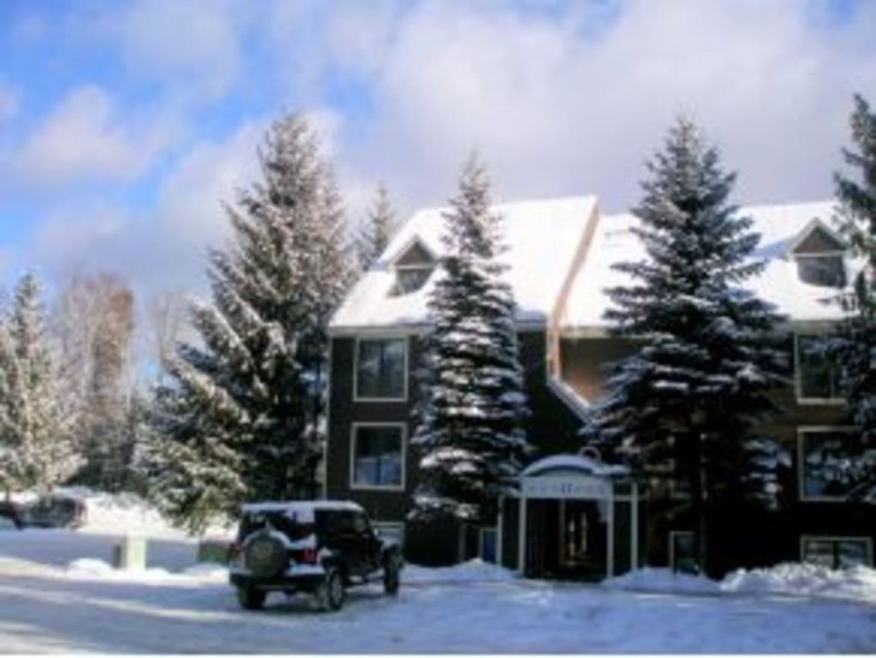 Newly renovated corner-unit with lots of natural light. Enjoy ski-on/ski-off convenience