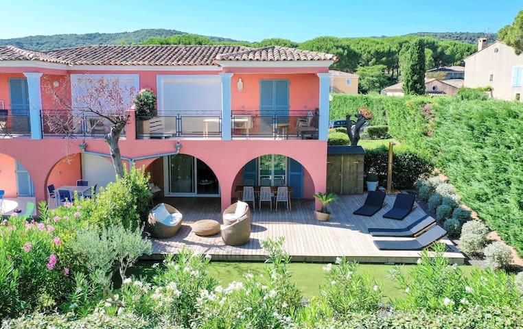 Terrasse avec petit jardin. Coin repas à l'ombre, à l'abri du soleil de midi.