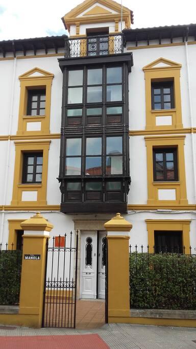 Fachada principal de  A.T. Villa Manola