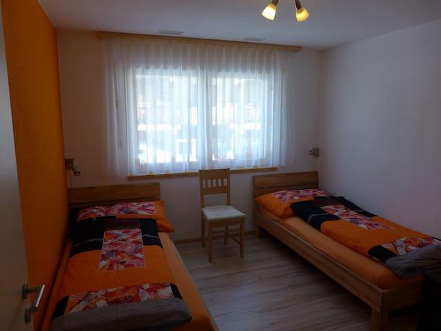 Schlafzimmer mit zwei Einzelbetten und grossem Kleiderschrank. Eigener Fernseher im Zimme!