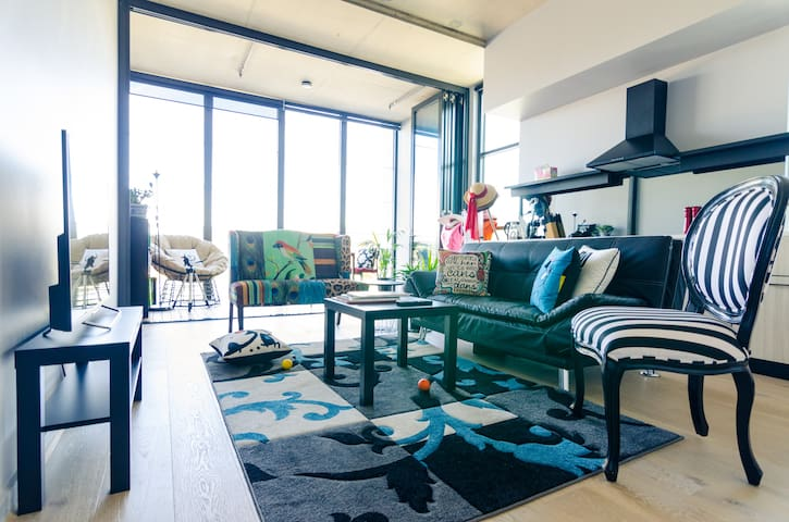 Modern, Stylish Apartment on the Lakefront!