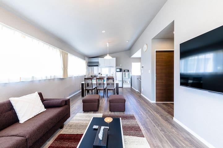 約20畳の広々リビング、テレビは大画面65インチでNetflixも見放題です。