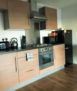 Amazing 2 bed 2bath with parking 5 min city centre - 索爾福德(Salford)
