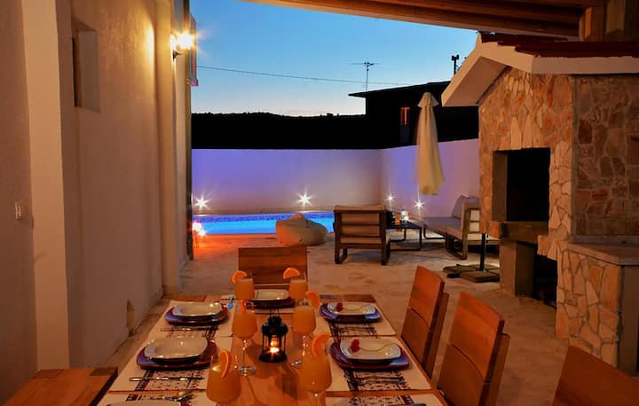 Stunning home in Pozorac with Outdoor swimming pool and 3 Bedrooms