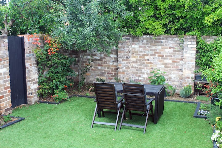 Garden with extendable table seating for ten