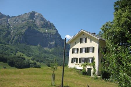 Bauernhaus de luxe - Glarus Süd - Bed & Breakfast
