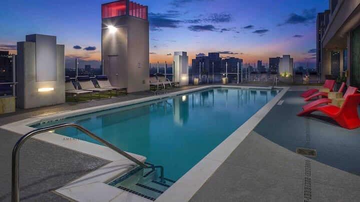 Modern & Luxury High-Rise[ POOL OPEN ]