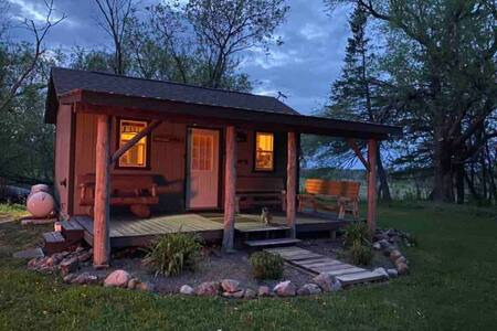 Cute bunkhouse on farmstead acreage