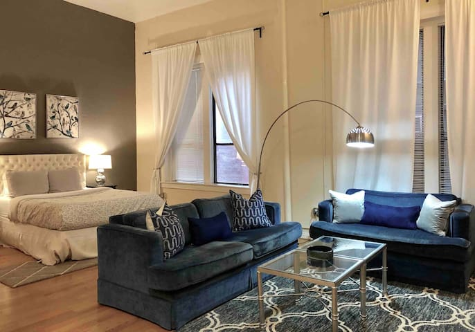 Cozy condo middle of Gaslamp with parking.