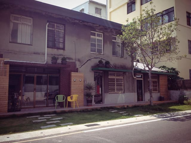嘉義市一個可以喝飲料&用餐&過夜的傢俱賣場背包客棧! 平日600起 共用衛浴 - 东区 - House