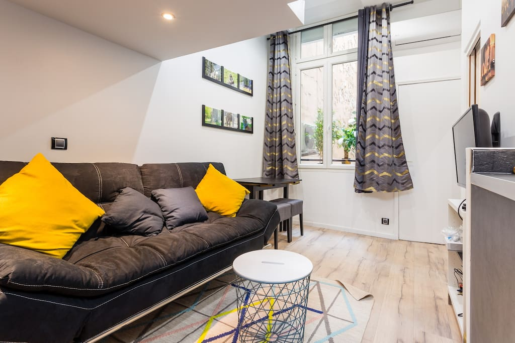Charmant studio au coeur de paris flats for rent in for Canape french translation